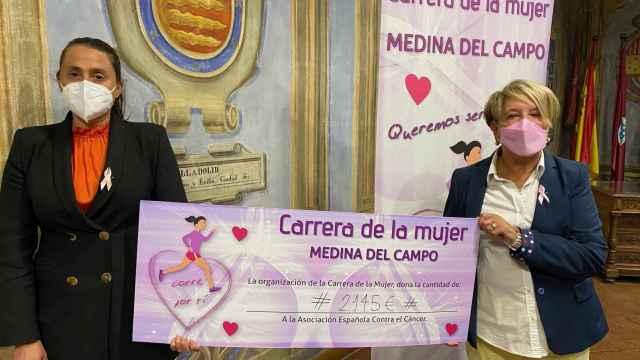 Mari Juli López recibe el donativo para la AECC