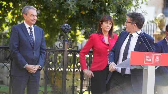 El expresidente del Gobierno, José Luis Rodríguez Zapatero, junto a Patxi López e Idoia Mendia. EP
