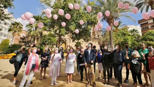 Suelta de globos con emnsajes de apoyo a los enfermos.