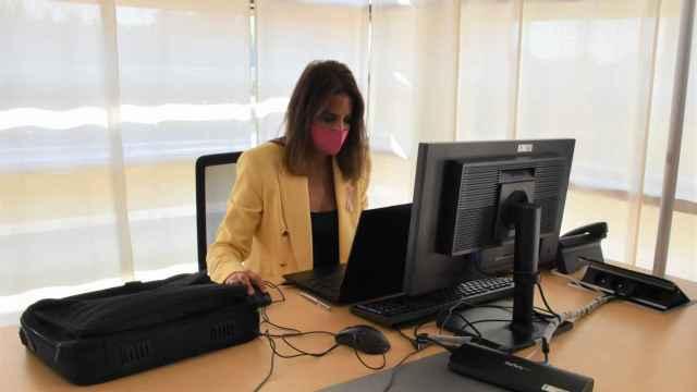 María Montero trabaja en la mesa en la biblioteca asignada por las Cortes