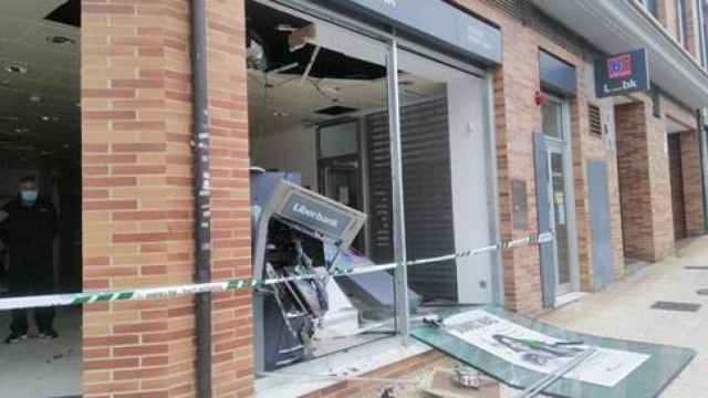 Estado del banco de San Claudio tras el robo de este sábado / GORRIJELE