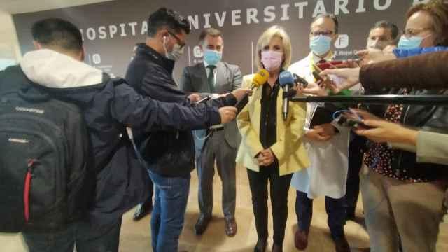 Verónica Casado responde a los periodistas en los pasillos del nuevo hospital de Salamanca