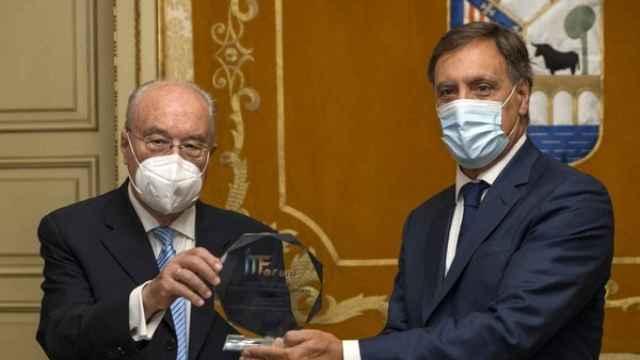 El presidente de la asociación, Sebastián de la Rica, entrega el premio al alcalde de Salamanca