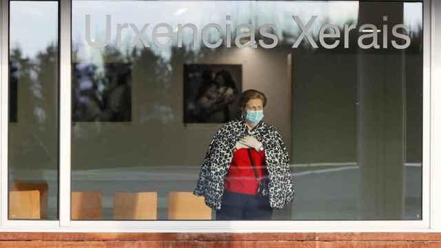 Una mujer se asoma a la ventana de las urgencias del Hospital de Lugo.