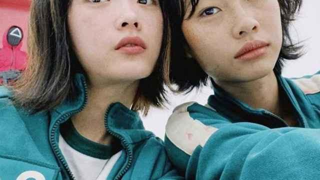 HoYeon Jung y Lee Yoo-mi, interpretando sus papeles en 'El juego del calamar'.