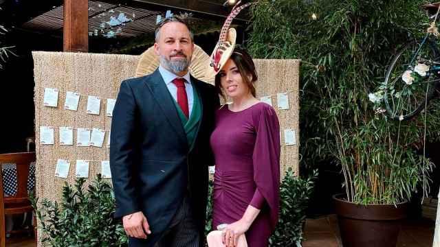 Santiago Abascal y su esposa, Lidia Bedman, en la boda de Javier Ortega Smith y Paulina Sánchez del Río.