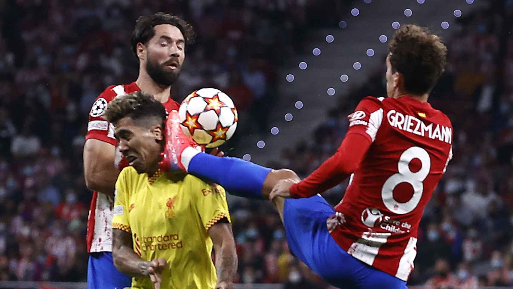 El momento de la expulsión de Antoine Griezmann por poner su pie en la cara de Roberto Firmino