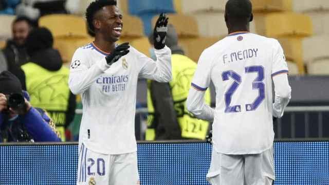 Vinicius celebra su primer gol al Shakhtar Donetsk con Ferland Mendy