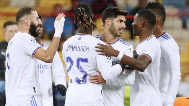 Karim Benzema celebra su gol al Shakhtar Donetsk con sus compañeros del Real Madrid