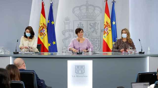 Pilar Llop, ministra de Justicia; la portavoz, Isabel Rodríguez; y la titular de Transportes, Raquel Sánchez.