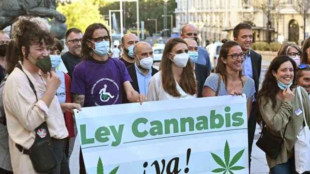 El líder de Más País, Iñigo Errejón (2d, detrás) junto a integrantes de asociaciones a favor de la ley del cannabis.