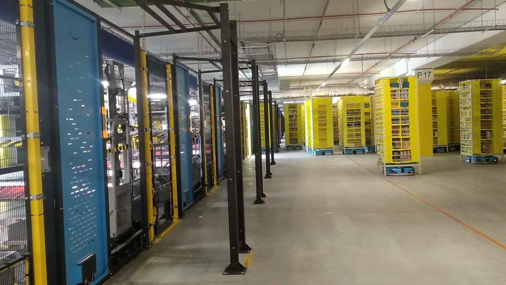 Los robots moviendo los productos en estanterías de Amazon.