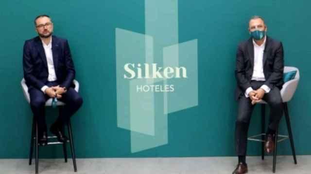 El director general de Silken Hoteles, Javier Villanueva, acompañado por el director de RRHH, calidad y comunicación, Amado Jiménez.