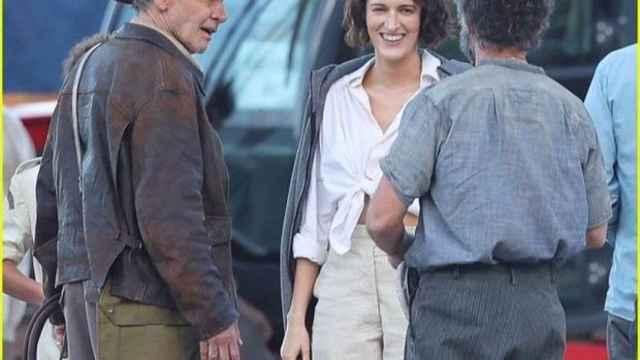 Antonio Banderas, de espaldas, con Harrison Ford y Phoebe Waeller-Bridge