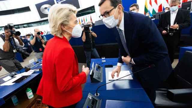 Ursula Von der Leyen saluda a Mateusz Morawiecki antes del tenso debate en la Eurocámara