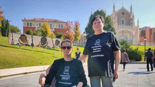 Miguel Ángel Sánchez y Mercedes García, afectados por el síndrome tóxico del aceite de colza, a las puertas del Museo del Prado.