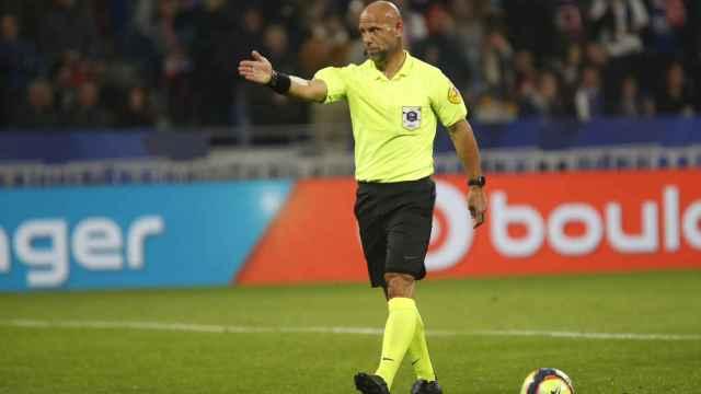 El árbitro Amaury Delerue, durante un partido de la Ligue-1