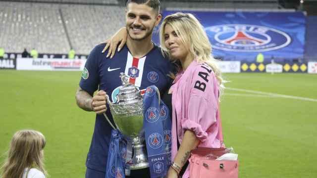 Mauro Icardi y Wanda Nara, con la Copa de Francia