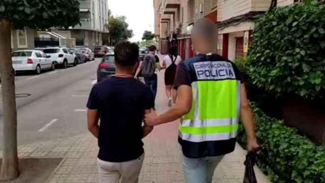 Los detenidos, de diversas nacionalidades, asaltaban las casas que realquilaban a familias sin recursos por tres mil euros.