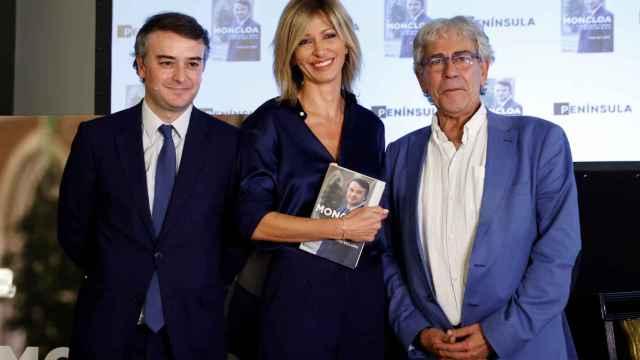 La periodista Susanna Griso (c) posa junto al ex asesor Iván Redondo (i) y el escritor Toni Bolaño (d).