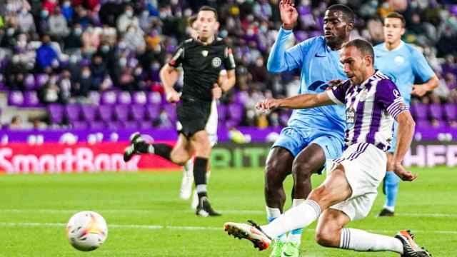 Momento de una jugada del partido entre el Real Valladolid y el UD Ibiza