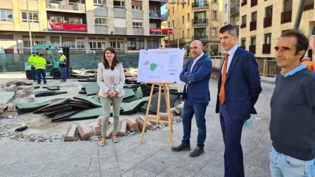 La concejala Myriam Rodríguez visita el inicio de las obras en la plaza del Campillo