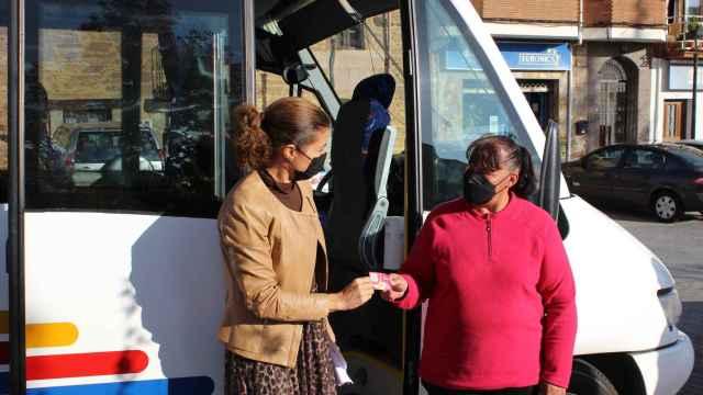 Clara San Damián con el bono de transporte rural en Tábara