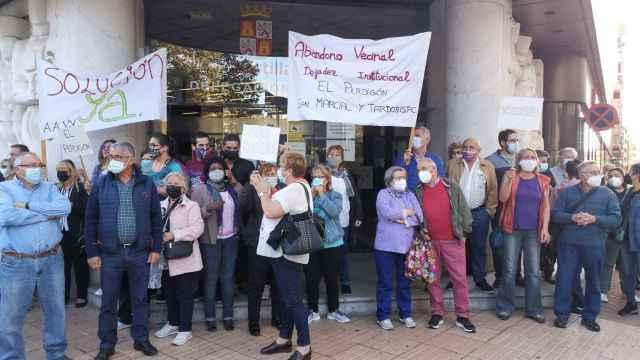 Protesta de los vecinos de  San Marcial, Tardobispo y El Perdigón en la Delegación Territorial
