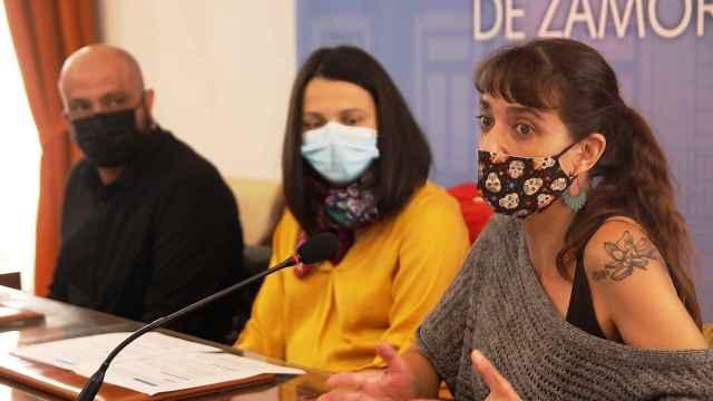 La concejal de Cultura, María Eugenia Cabezas, junto con los integrantes de la Asociación JEN, Arturo Ledesma y Rosa Encinas