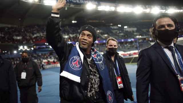 Ronaldinho, en el Parque de los Príncipes con la bufanda del PSG