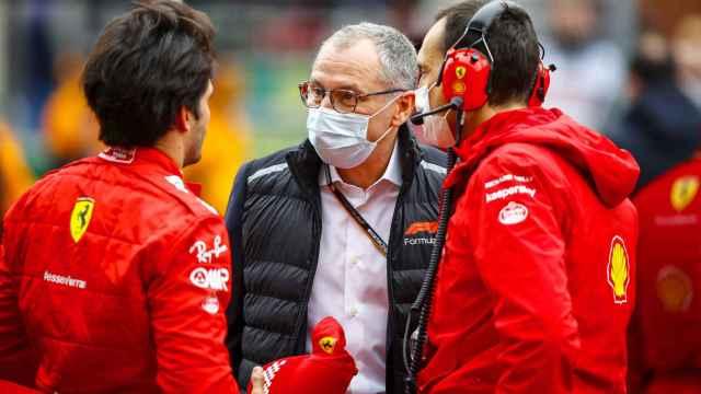 Carlos Sainz Jr y Stefano Domenicali, en  el Gran Premio de Turquía