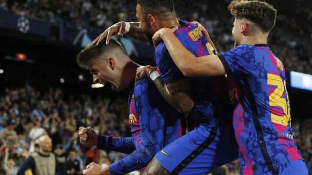 Piña de los jugadores del Barcelona para celebrar el gol de Gerard Piqué