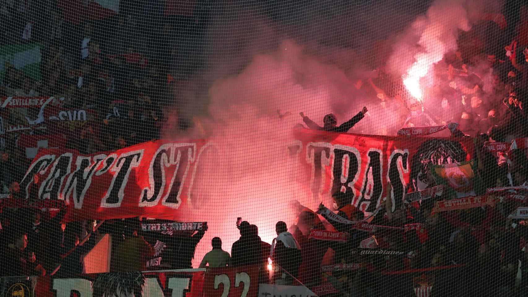 La afición del Sevilla, con bengalas en las gradas del estadio del Lille