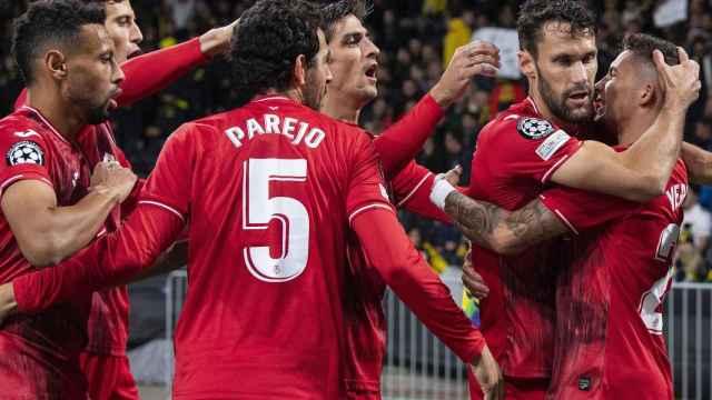 Piña de los jugadores del Villarreal para celebrar el gol de Yeremi Pino en la Champions League 2021/2022