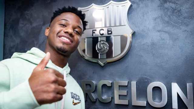 Ansu Fati posa con el escudo del Barcelona tras firmar su renovación