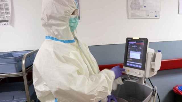 Un sanitario trabaja con los equipos de protección frente al virus