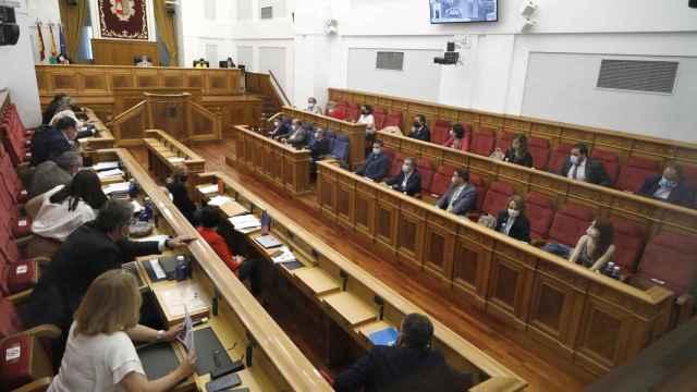 Elecciones en el campo, artesanía y fiscalidad en el pleno de las Cortes regionales