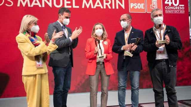 Javier Lambán (segundo por la derecha), junto a Calviño y Sánchez horas antes de ser diagnosticado como positivo. EE