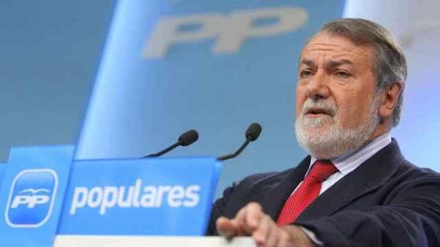 El exministro del Interior con José María Aznar, Jaime Mayor Oreja. EP