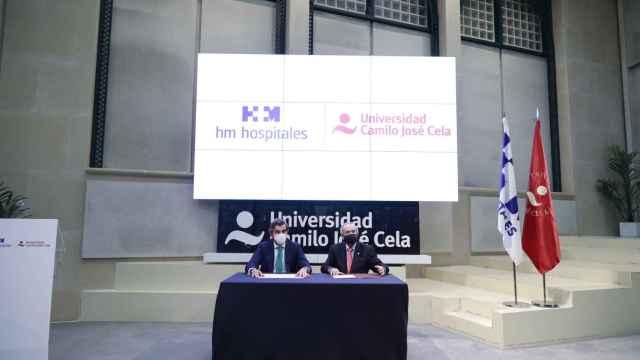 Juan Abarca Cidón, presidente de HM Hospitales, y Emilio Lora-Tamayo, rector de la Universidad Camilo José Cela.