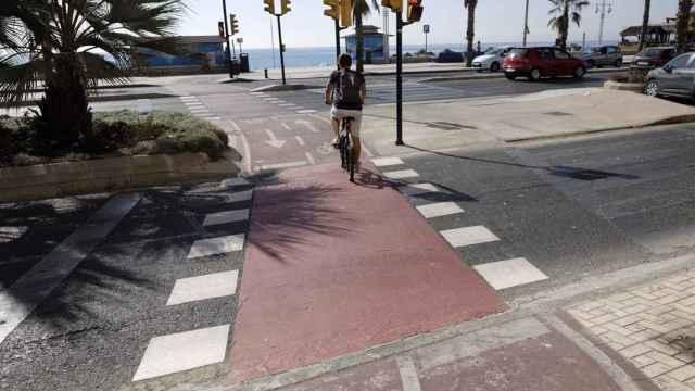 Imagen de archivo de un ciclista transitando por uno de los carriles reservados en Málaga.