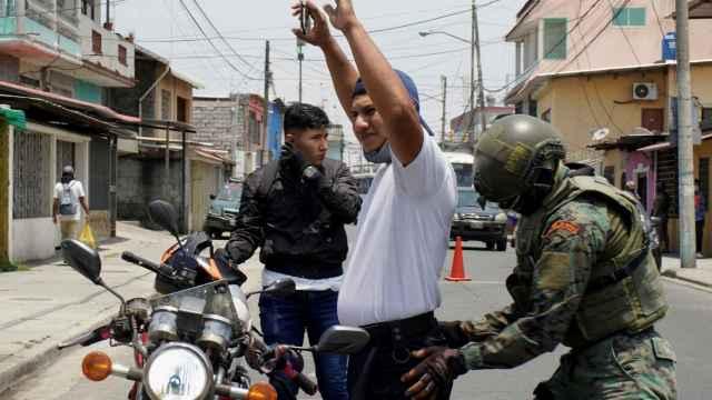 Un soldado cachea a un ciudadano durante el estado de excepción decretado por Guillermo Lasso.