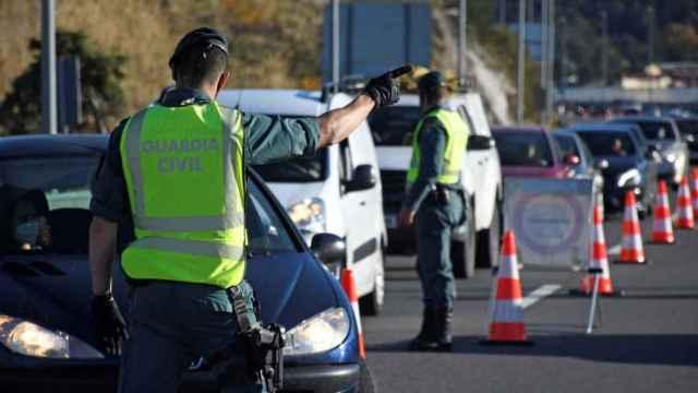 Unos agentes de la Guardia Civil en un control.