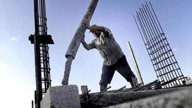 Un albañil trabaja en una obra