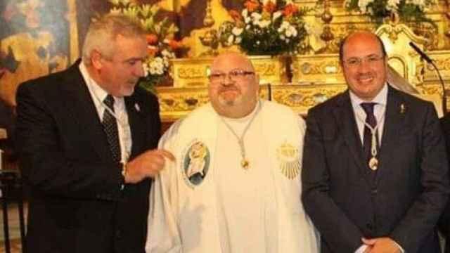 El padre Fernando en una ceremonia religiosa junto a autoridades de Moratalla y de la Región.