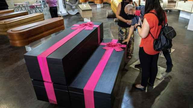Los ataúdes con lazo rosa siguiendo el estilo de 'El juego del calamar' han sorprendido en la feria valenciana.