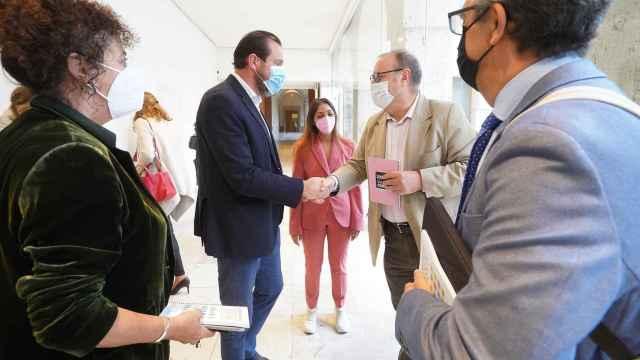 El alcalde Valladolid saluda a los organizadores de las jornadas sobre diversidad religiosa