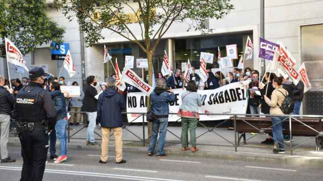 Trabajadores del Banco Sabadell en una concentración a las puertas de una de las oficinas de esta entidad en Valladolid.