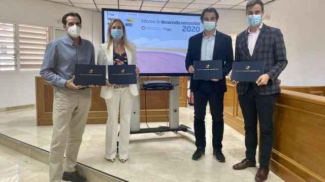 El alcalde de Torrevieja, Eduardo Dolón, el director general de Hidraqua, Jordi Azorín, el gerente de Agamed, Jorge Ballesta,  y la gerente adjunta, Gema Cruz, en la presentación del informe.
