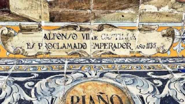 Banco de León en Plaza de España de Sevilla en el que se ha rayado la palabra 'Castilla' / Foto Twitter vitolofez